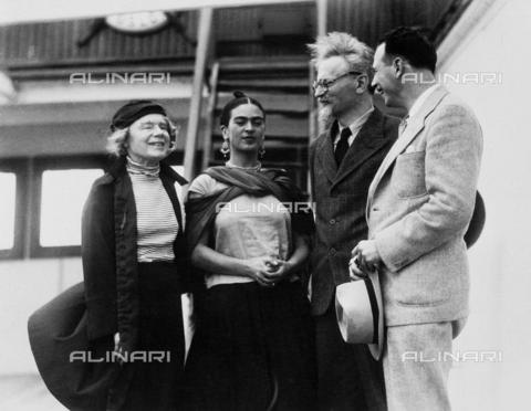 FIA-F-037874-0000 - Leon Trotsky ritratto con sua moglie Natalia Sedova e Frida Kahlo - Data dello scatto: 1937 - Fine Art Images/Archivi Alinari, Firenze