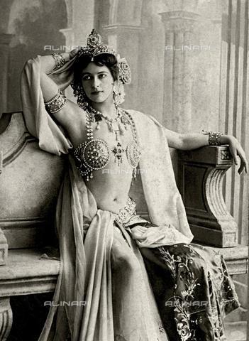 FIA-F-038353-0000 - Ritratto della ballerina e spia Margaretha MacLeod, conosciuta con il nome d'arte Mata Hari (1876-1917) - Data dello scatto: 1906 - Fine Art Images/Archivi Alinari, Firenze