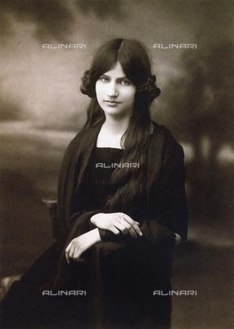 FIA-F-052195-0000 - Ritratto della pittrice Jeanne Hébuterne (1898-1920), Collezione privata - Data dello scatto: 1914 - Fine Art Images/Archivi Alinari, Firenze
