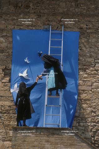 FMA-F-000151-0000 - Preparazione di un cartellone per la Marcia della Pace, Assisi, Perugia