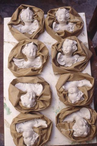 FMA-F-001141-0000 - Mercatino Natalizio della Cartapesta: particolare di angeli, Piazza San Oronzo, Lecce - Data dello scatto: 12/2004 - Maurizio Fraschetti/Archivi Alinari