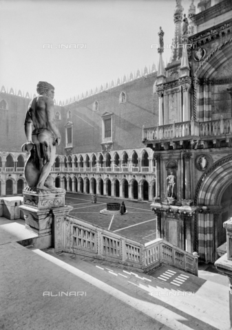 FPA-F-005748-0000 - The Giant's Palace of the Doge's Palace in Venice - Date of photography: 1940-1945 ca. - Alinari Archives-Fiorentini Archive, Florence
