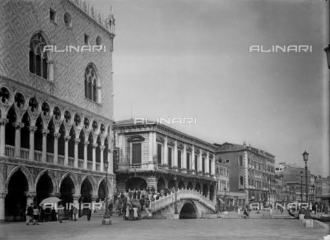 FVA-S-000218-0012 - Riva degli Schiavoni and the Straw Bridge before the new Hotel Danieli; Venice - Data dello scatto: 1949 - Archivi Alinari, Firenze