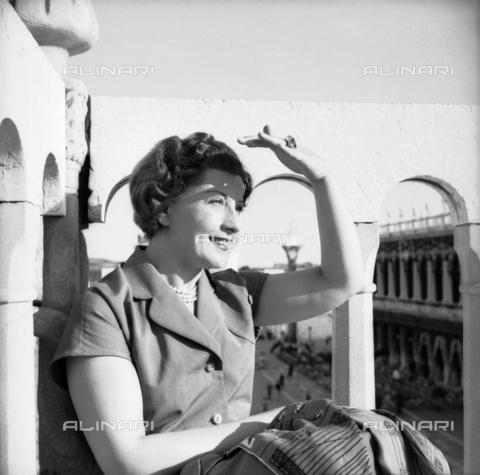 FVA-S-208000-0049 - The Italian actress Isa Pola (Maria Luisa Betti of Montesano, 1909-1984) visiting St. Mark's Square, Venice - Data dello scatto: 30/05/1951 - Archivi Alinari, Firenze