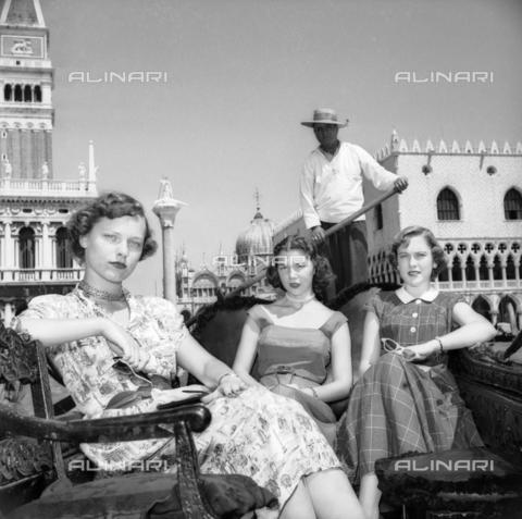 FVA-S-208000-0229 - Young women in elegant clothes on a gondola in Venice - Data dello scatto: 1950 ca. - Archivi Alinari, Firenze