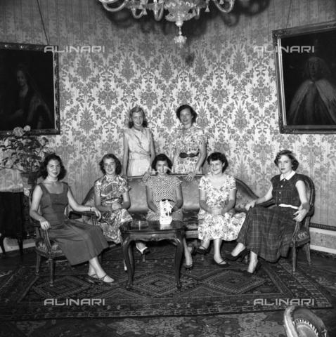 FVA-S-208000-0236 - Group of young women in stylish clothes in Palazzo Grassi, Venice - Data dello scatto: 1950 ca. - Archivi Alinari, Firenze