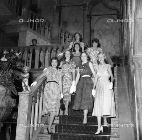 FVA-S-208000-0239 - Group of young women in stylish clothes in Palazzo Grassi, Venice - Data dello scatto: 1950 ca. - Archivi Alinari, Firenze