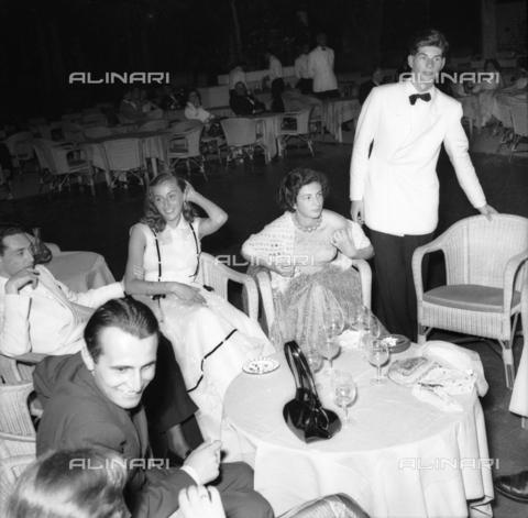 FVA-S-208000-0347 - Couple in evening dress, Venice - Data dello scatto: 1950 ca. - Archivi Alinari, Firenze