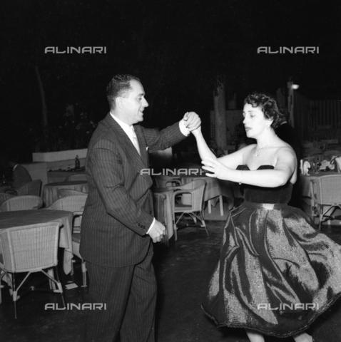 FVA-S-208000-0350 - Couple in evening dress during a dance, Venice - Data dello scatto: 1950 ca. - Archivi Alinari, Firenze
