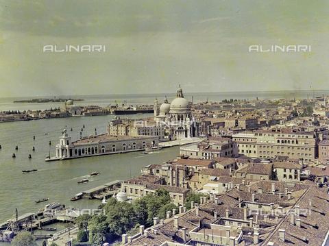 FVA-S-256000-0160 - Veduta aerea di Venezia: la Basilica di Santa Maria della Salute - Data dello scatto: 1950 ca. - Archivi Alinari, Firenze