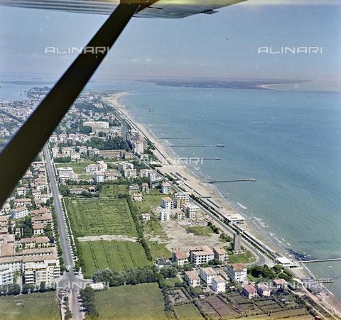 FVA-S-256000-0172 - Veduta aerea del litorale, Venezia - Data dello scatto: 1950 ca. - Archivi Alinari, Firenze