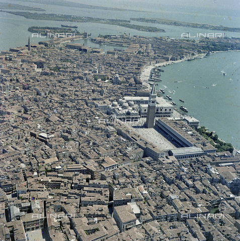 FVA-S-256000-0187 - Veduta aerea di Venezia: piazza San Marco - Data dello scatto: 1950 ca. - Archivi Alinari-donazione Ferruzzi, Firenze