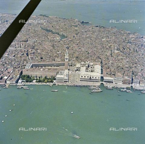 FVA-S-256000-0194 - Veduta aerea di Venezia: piazza San Marco - Data dello scatto: 1950 ca. - Archivi Alinari-donazione Ferruzzi, Firenze