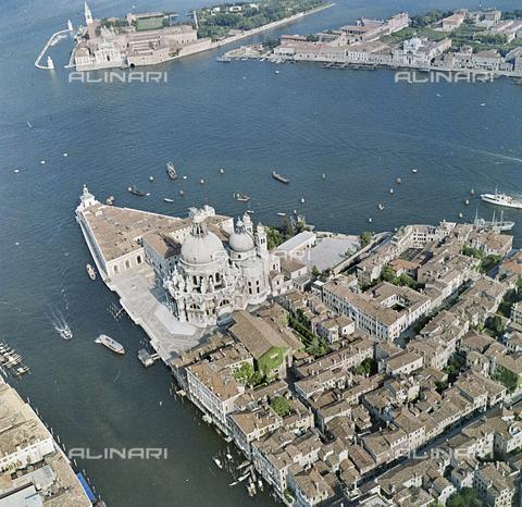 FVA-S-256000-0195 - Veduta aerea di Venezia: la Basilica di Santa Maria della Salute - Data dello scatto: 1950 ca. - Archivi Alinari, Firenze