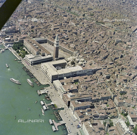 FVA-S-256000-0196 - Veduta aerea di Venezia: piazza San Marco - Data dello scatto: 1950 ca. - Archivi Alinari, Firenze