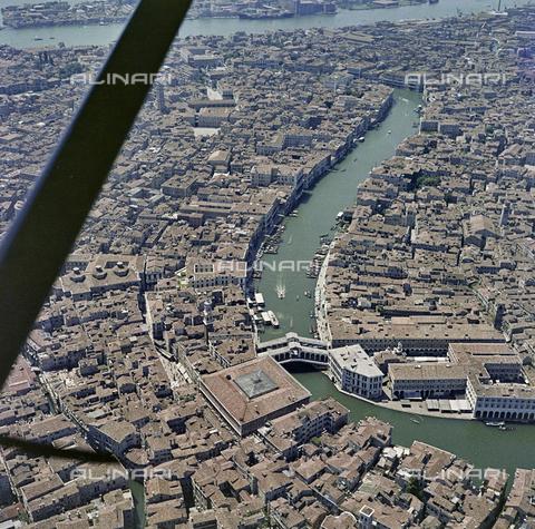 FVA-S-256000-0197 - Veduta aerea di Venezia: il Canal Grande - Data dello scatto: 1950 ca. - Archivi Alinari, Firenze