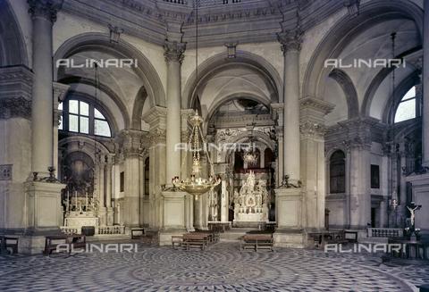 FVA-S-260000-0036 - Basilica di Santa Maria della Salute, interno, Venezia - Data dello scatto: 1955 ca. - Archivi Alinari, Firenze
