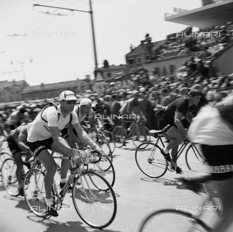 FVA-S-720001-0016 - 34th edition of the Giro d'Italia: the Girardengo team at the beginning of the 15th leg