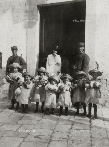 FVD-F-009377-0000 - Kindergarten in Castelfranco Veneto: portrait of the director with a group of girls and two policemen