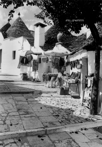 FVD-F-013383-0000 - Stalls and shops in the streets of Alberobello, Bari