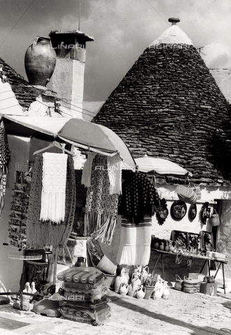 FVD-F-013384-0000 - Stalls and shops in the streets of Alberobello, Bari