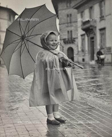 """FVD-F-014358-0000 - """"Giulietta con ombrello"""", ritratto di bambina"""