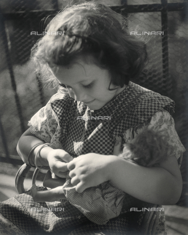 """FVD-F-014359-0000 - """"Elena con bambola"""", ritratto di bambina"""
