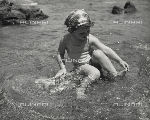 "FVD-F-014360-0000 - ""At the water's edge"", portrait of little girl in the sea"
