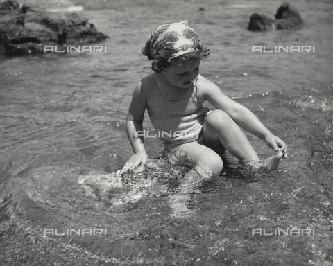 """FVD-F-014360-0000 - """"A fior d'acqua"""", ritratto di bambina al mare"""