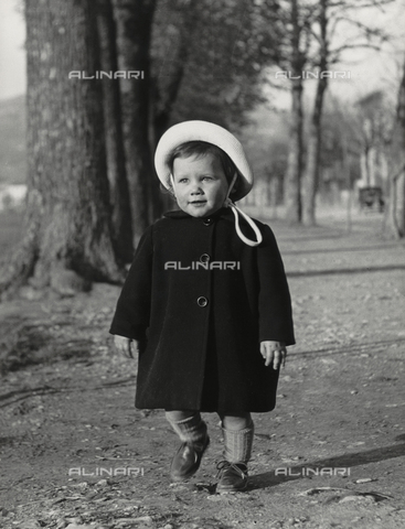 "FVD-F-014381-0000 - ""Elena with hat in garden"", portrait of little girl"