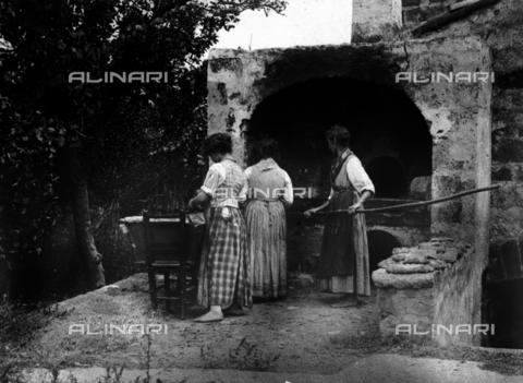 """FVD-S-006542-00B4 - """"Donne che fanno il pane"""" - Data dello scatto: 1895-1910 - Donazione Biondi / Archivi Alinari, Firenze"""