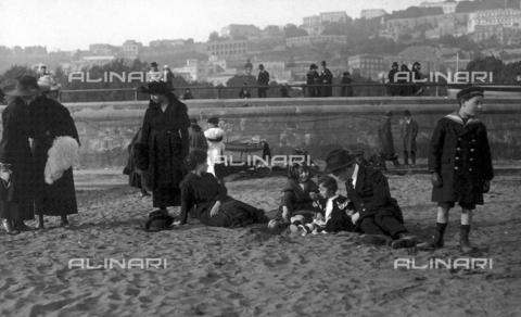 """FVD-S-006542-00D2 - """"L'artista con la famiglia in via Caracciolo"""" - Data dello scatto: 1895-1910 - Donazione Biondi / Archivi Alinari, Firenze"""