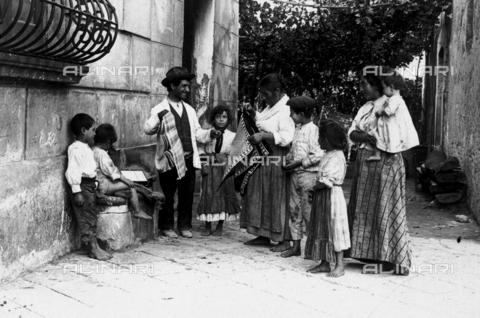 FVD-S-006542-0B11 - Venditore ambulante di tappeti in un paese del Molise - Data dello scatto: 1895-1910 - Donazione Biondi / Archivi Alinari, Firenze
