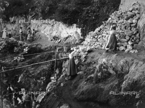 FVD-S-006542-0B14 - Donne impegnate in lavori stradali - Data dello scatto: 1895-1910 - Donazione Biondi / Archivi Alinari, Firenze