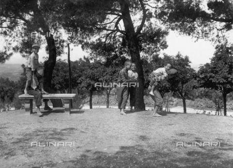 FVD-S-006542-0B34 - Bambini che giocano al saltapicchio - Data dello scatto: 1895-1910 - Donazione Biondi / Archivi Alinari, Firenze