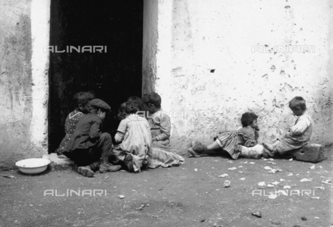 """FVD-S-006542-0B38 - """"Bambini in consiglio"""" - Data dello scatto: 1895-1910 - Donazione Biondi / Archivi Alinari, Firenze"""