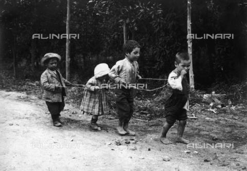 """FVD-S-006542-0B41 - """"Un tiro a quattro di bambini"""" - Data dello scatto: 1895-1910 - Donazione Biondi / Archivi Alinari, Firenze"""