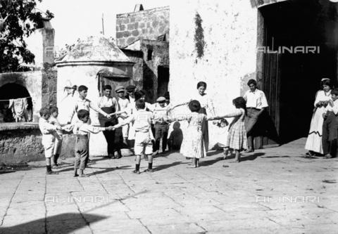 FVD-S-006542-0B54 - Girotondo - Data dello scatto: 1895-1910 - Donazione Biondi / Archivi Alinari, Firenze