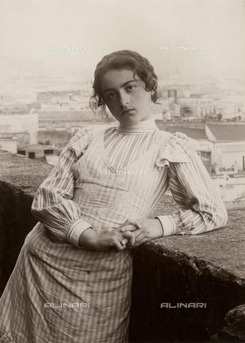 FVD-S-006542-0C10 - Fanciulla in terrazza, Napoli - Data dello scatto: 1895-1910 - Donazione Biondi / Archivi Alinari, Firenze