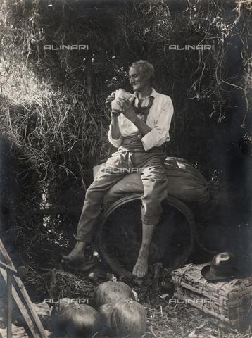 """FVD-S-006542-0C74 - """"Vecchio ebbro su botte"""" - Data dello scatto: 1895-1910 - Donazione Biondi / Archivi Alinari, Firenze"""