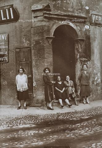 FVQ-F-000026-0000 - Gruppo di donne all'angolo di una strada - Data dello scatto: 1920-1930 ca. - Raccolte Museali Fratelli Alinari (RMFA), Firenze