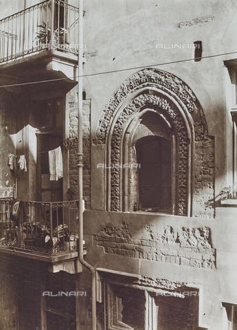 FVQ-F-000027-0000 - Facciata medievale con finestra ad arco acuto in piazza IV marzo, Torino - Data dello scatto: 1925 ca. - Raccolte Museali Fratelli Alinari (RMFA), Firenze