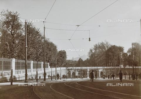 FVQ-F-000032-0000 - Salita ai Giardini Reali con rotaie del tram, viale Primo Maggio, Torino - Data dello scatto: 15/10/1923 - Raccolte Museali Fratelli Alinari (RMFA), Firenze