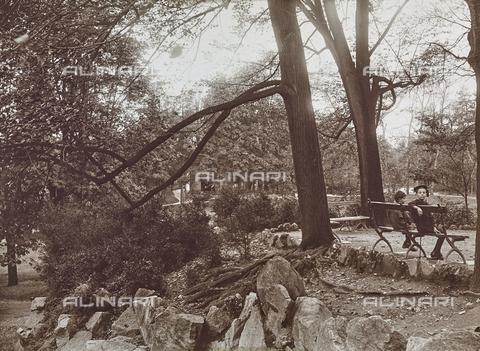 FVQ-F-000033-0000 - Bambini nel parco - Data dello scatto: 11/10/1922 - Raccolte Museali Fratelli Alinari (RMFA), Firenze