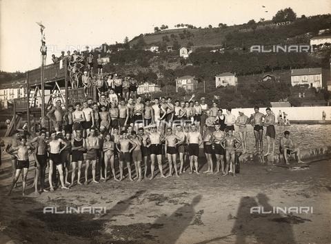 FVQ-F-000093-0000 - Gruppo di ragazzi sulla spiaggia durante una colonia estiva - Data dello scatto: 1920-1925 ca. - Archivi Alinari, Firenze
