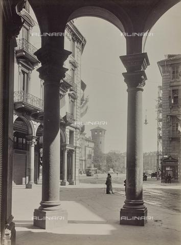 FVQ-F-000304-0000 - I portici di via Pietro Micca, sullo sfondo la torre medievale di Palazzo Madama, Torino - Data dello scatto: 1925-1935 - Raccolte Museali Fratelli Alinari (RMFA), Firenze