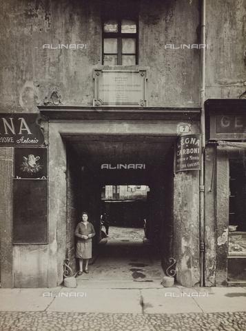FVQ-F-000340-0000 - Androne con lapide dell' Associazione Generale degli Operai, Torino - Data dello scatto: 1925-1935 - Raccolte Museali Fratelli Alinari (RMFA), Firenze