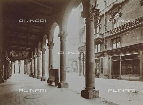 FVQ-F-000341-0000 - Portico di una strada di Torino - Data dello scatto: 04/12/1929 - Raccolte Museali Fratelli Alinari (RMFA), Firenze