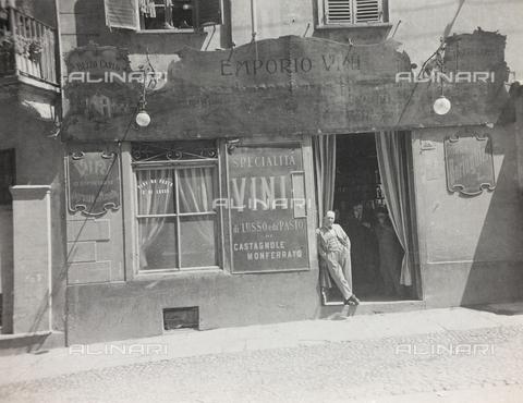FVQ-F-000656-0000 - Un emporio di vini piemontesi in via Goffredo Mameli a Torino - Data dello scatto: 1920-1930 - Raccolte Museali Fratelli Alinari (RMFA), Firenze