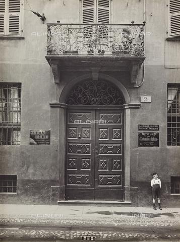 FVQ-F-000730-0000 - Portone di un palazzo di Torino con la targa dell' Istituto del Contenzioso Italiano - Data dello scatto: 1935 ca. - Raccolte Museali Fratelli Alinari (RMFA), Firenze
